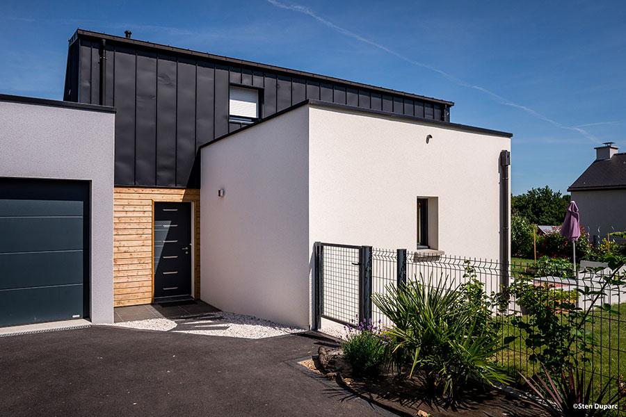 Maison Contemporaine à Domloup - Bardage bois et PLX
