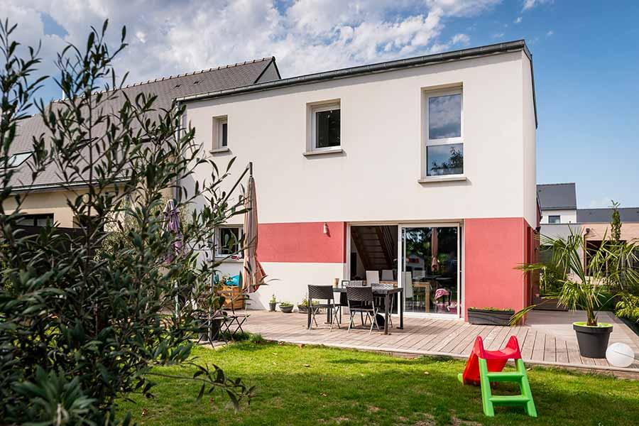 Maison moderne, bi-pente zinc et enduit rouge carmine