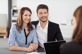Couple conseillé sur un prêt immobilier