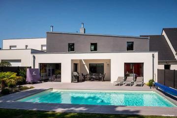 Maison contemporaine mono-pente zinc, décroché toit plat et patio.