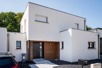 Maison contemporaine, mono-pente zinc, décroché en toit plat et bardage à claire-voie en red cedar