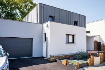 Maison contemporaine mono-pente zinc décroché toit plat, bac acier sur garage 2/2