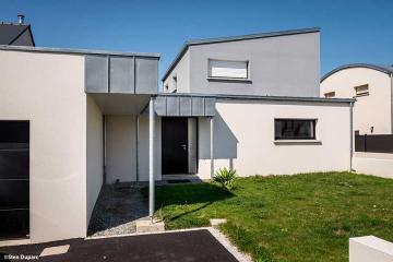 Maison contemporaine mono-pente zinc, avancée bardage zinc, sous-face PVC