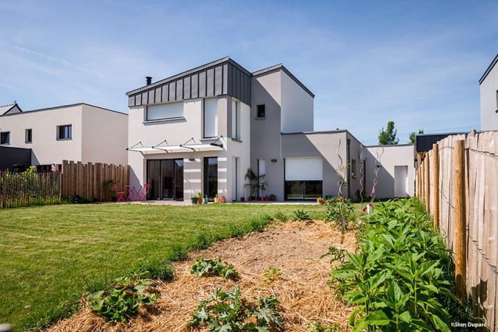 Maison Monopente Zinc Quartz avec brise-soleil à Domloup