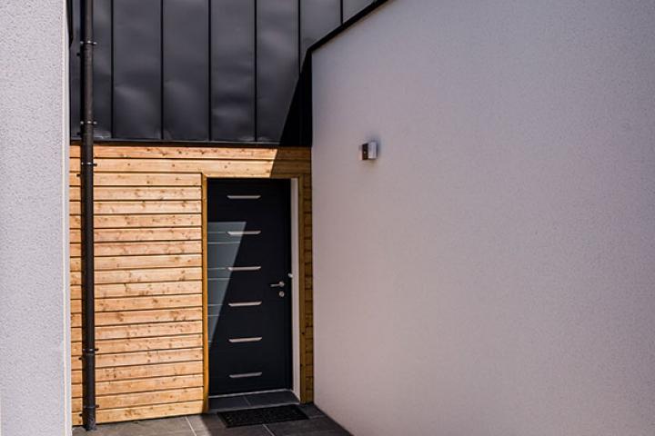 Maison Contemporaine à Domloup - Entrée Bardage bois et PLX