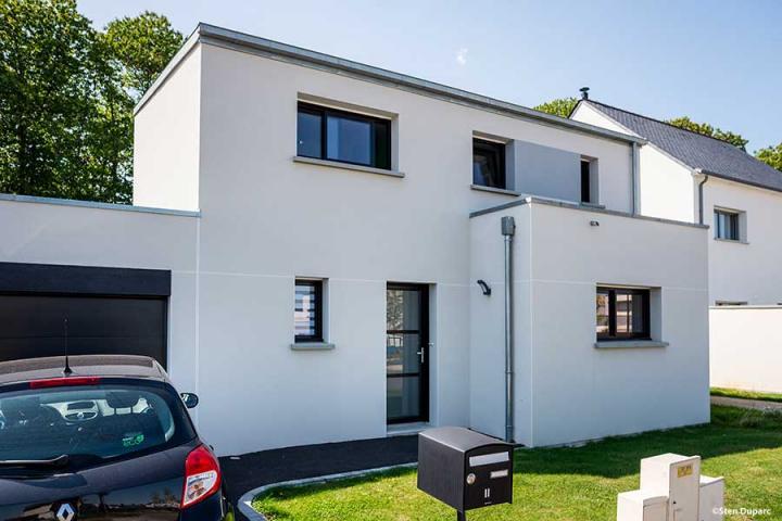 Maison contemporaine mono-pente zinc, décroché toit plat