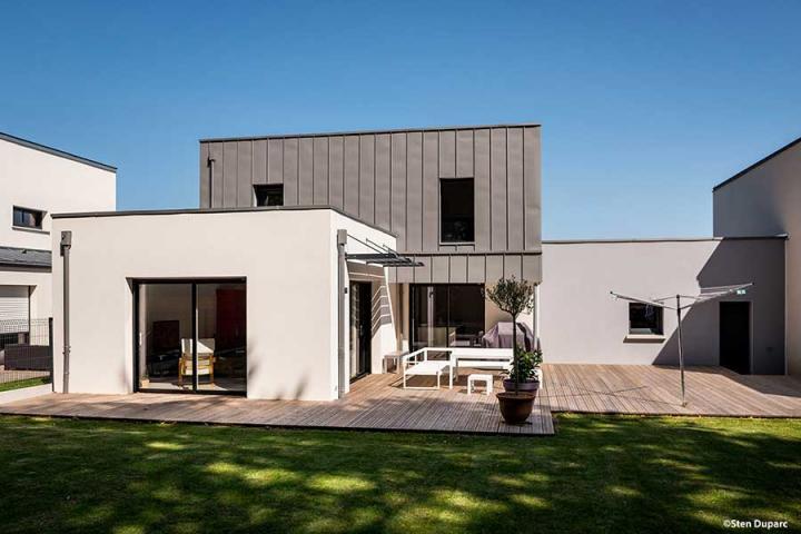 maison contemporaine mono-pente zinc décroché toit plat, bardage zinc pré-patiné, brise soleil