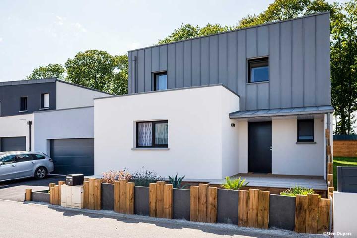 maison contemporaine mono-pente zinc décroché toit plat, bac acier sur garage